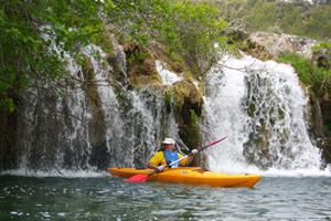 Difruta de la laguna en kayack